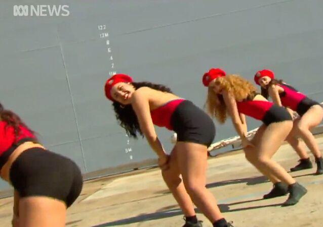 Avustralya'da askeri geminin hizmete giriş törenindeki dans tartışma yarattı