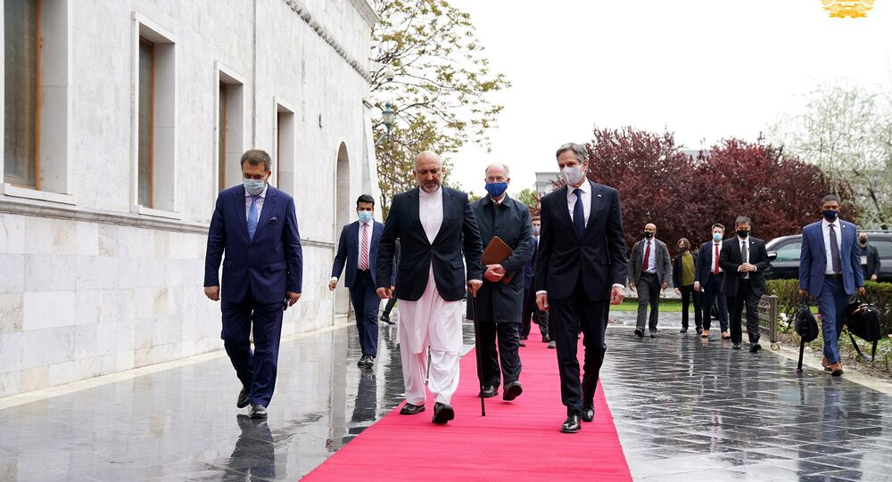 ABD Dışişleri Bakanı Antony Blinken, Kabil'de Afganistan Dışişleri Bakanı Muhammed Hanif Atmar ile yürürken