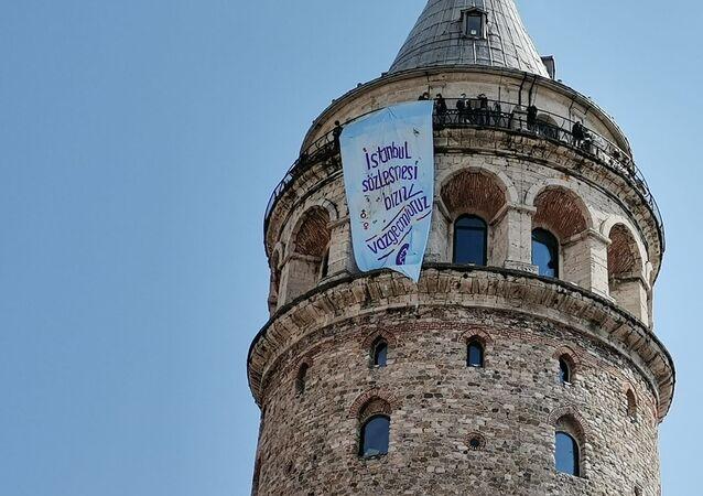 İstanbul'un dört bir köşesine 'İstanbul Sözleşmesi bizim, vazgeçmiyoruz' pankartı asıldı