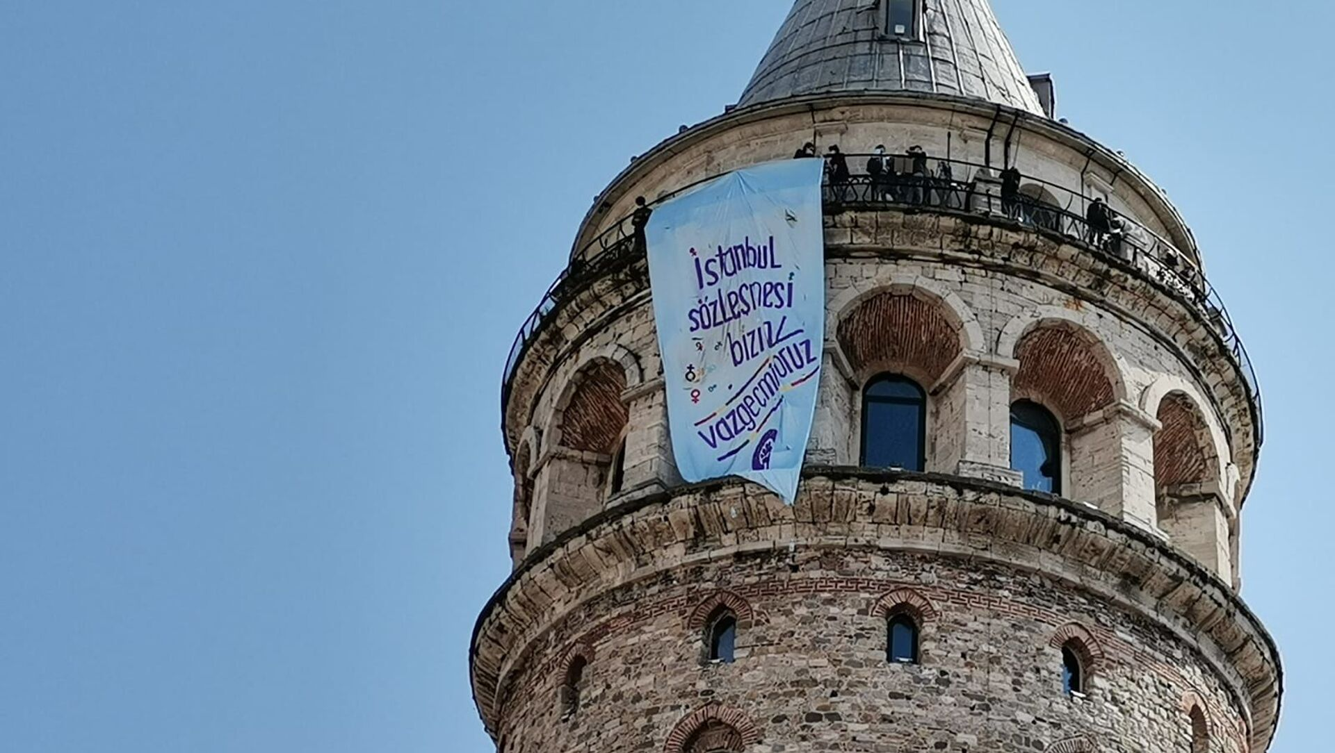 İstanbul'un dört bir köşesine 'İstanbul Sözleşmesi bizim, vazgeçmiyoruz' pankartı asıldı - Sputnik Türkiye, 1920, 15.04.2021