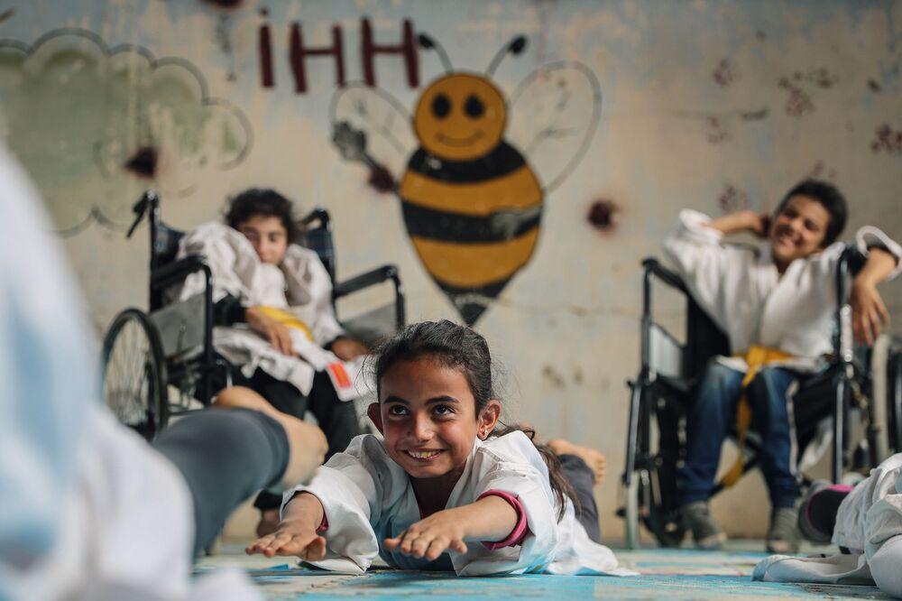 Yarışmanın Profesyonel Spor kategorisinde birincilik kazanan Suriyeli fotoğrafçı Anas Alkharboutli'nin sunduğu görüntüler, Suriye'nin Aljiina kentinde çocuklara  hizmet veren karate okulunda çekildi. Bu okulun özelliği, orada hem sağlıklı hem de engelli çocukların birlikte antrenman yaptıkları.