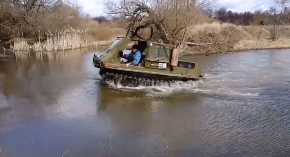 Rusya'da 12 otomobilden alınan parçalarla yüzebilen bir arazi aracı oluşturuldu