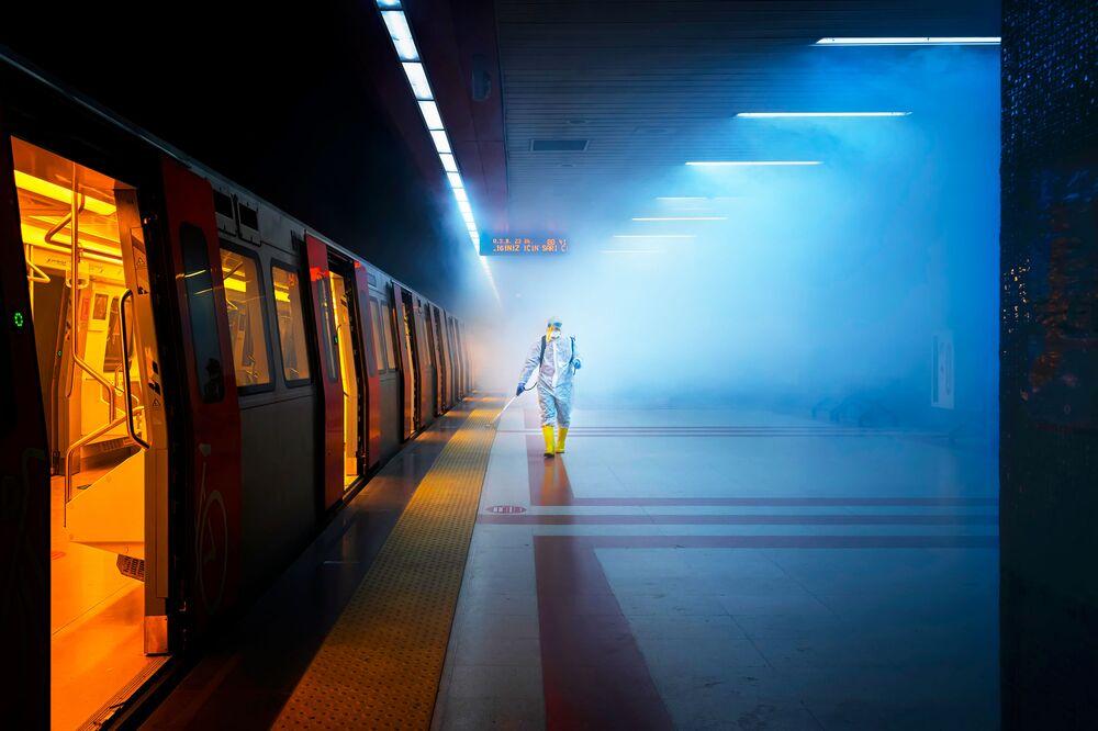 Yarışmanın Açık Sokak Fotoğrafçılığı kategorisinde birinci seçilen Türk fotoğrafçı F. Dilek Uyar'ın Dezenfeksiyon isimli çalışması