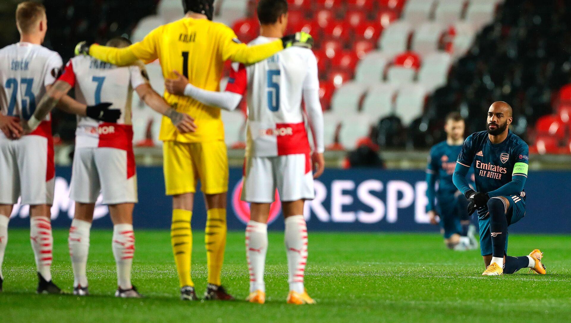 UEFA Avrupa Ligi Çeyrek Final rövanş maçında Çekya ekibi Slavia Prag ile Arsenal maçı öncesi Irkçılığa karşı diz çök organizasyonu gerçekleşirken, ev sahibi ekibin oyuncularının ayakta durması tepki çekti. - Sputnik Türkiye, 1920, 16.04.2021