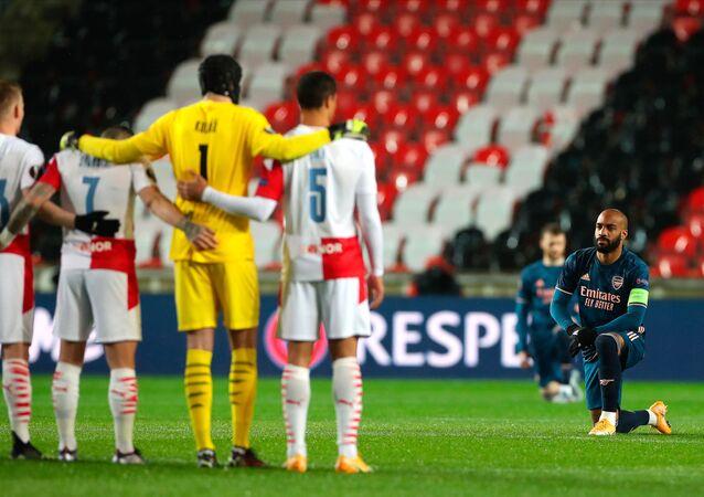 UEFA Avrupa Ligi Çeyrek Final rövanş maçında Çekya ekibi Slavia Prag ile Arsenal maçı öncesi Irkçılığa karşı diz çök organizasyonu gerçekleşirken, ev sahibi ekibin oyuncularının ayakta durması tepki çekti.
