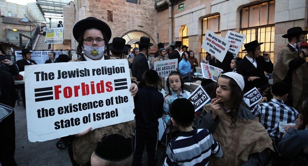 Batı Kudüs'ün Mea Shearim Mahallesi'nde toplanan Ortodoks Yahudiler, İsrail Devleti ve Siyonizm'e karşı gösteri düzenledi. Ellerinde Filistin bayrakları taşıyan göstericiler, Siyonizm, Yahudileri temsil etmiyor. ve İsrail Devleti, Yahudilerin felaketidir. yazılı dövizler taşıdı.