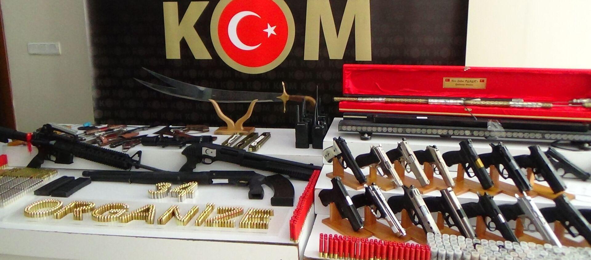 Sedat Peker operasyonunda ele geçirilen silah ve mühimmatlar  - Sputnik Türkiye, 1920, 16.04.2021