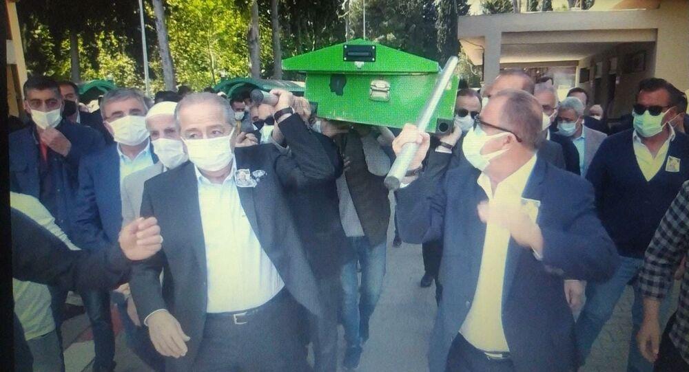 Cenaze sırasında tabutun direği Fatih Terim'in elinde kaldı