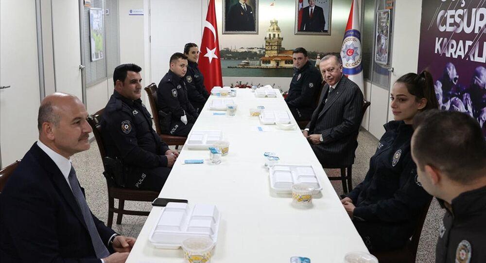 Cumhurbaşkanı Erdoğan, İçişleri Bakanı Soylu ile birlikte Çengelköy Polis Merkezi'nde iftar yaptı