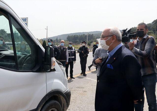 İzmir Valisi Yavuz Selim Köşger, İçişleri Bakanlığının Kısmi Kapanma konulu genelgesi doğrultusunda uygulanan sokağa çıkma kısıtlaması kapsamında gerçekleştirilen dinamik denetime katıldı.