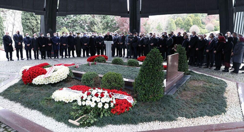 8. Cumhurbaşkanı Turgut Özal, vefatının 28. yılında Topkapı'daki Anıt Mezar'da Cumhurbaşkanı Recep Tayyip Erdoğan'ın da katıldığı törenle kabri anıldı.