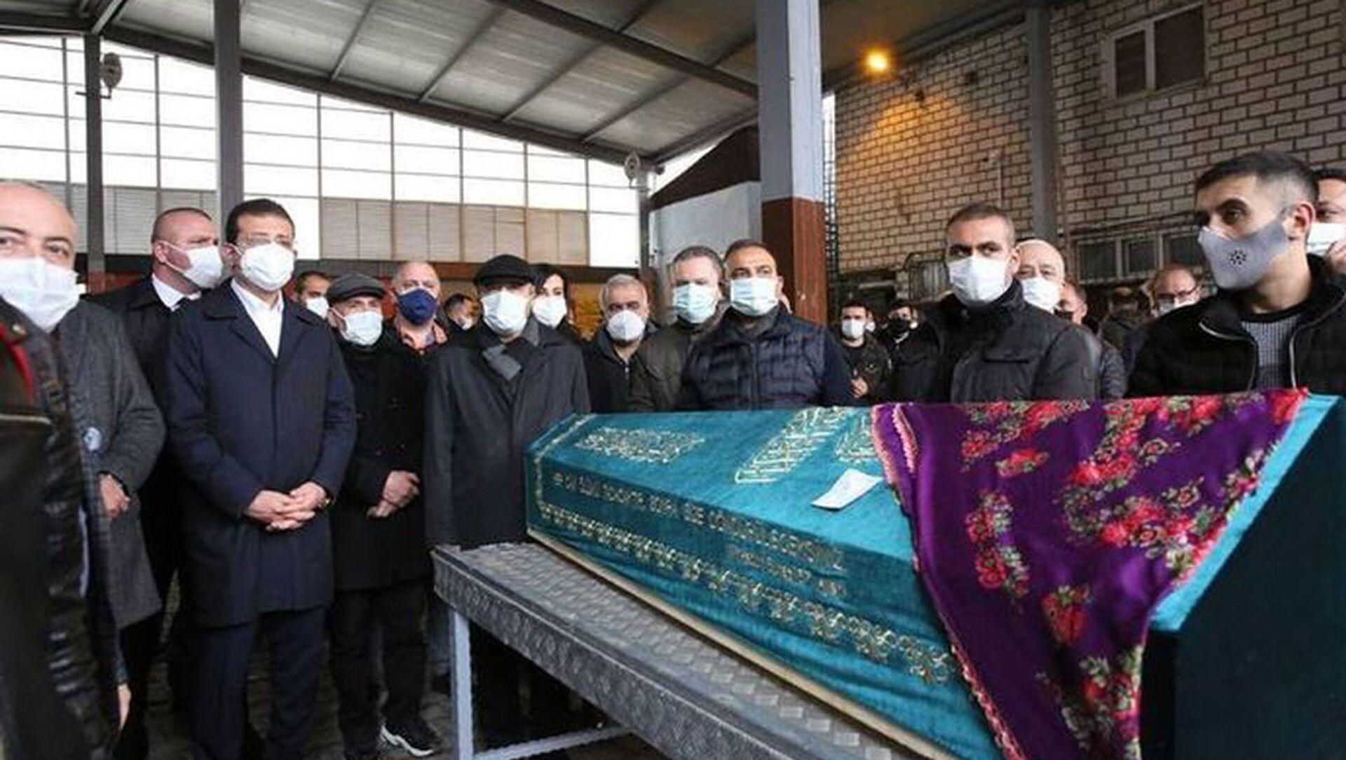 İstanbul Büyükşehir Belediyesi (İBB) Yuvam İstanbul Sultangazi Çocuk Etkinlik Merkezi'nde birim asistanı olarak görev yapan ve 21 haftalık hamile olan Özgün Öztürk (30), koronavirüs nedeniyle hayatını kaybetti. Öztürk'ün Gazi Cemevi'nden kaldırılan cenazesi, Gazi Mezarlığı'nda toprağa verildi. - Sputnik Türkiye, 1920, 17.04.2021