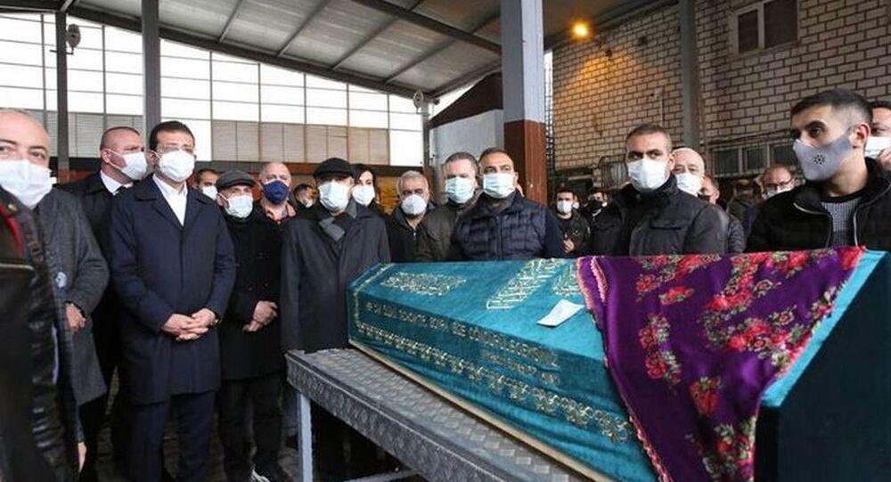 İstanbul Büyükşehir Belediyesi (İBB) Yuvam İstanbul Sultangazi Çocuk Etkinlik Merkezi'nde birim asistanı olarak görev yapan ve 21 haftalık hamile olan Özgün Öztürk (30), koronavirüs nedeniyle hayatını kaybetti. Öztürk'ün Gazi Cemevi'nden kaldırılan cenazesi, Gazi Mezarlığı'nda toprağa verildi.