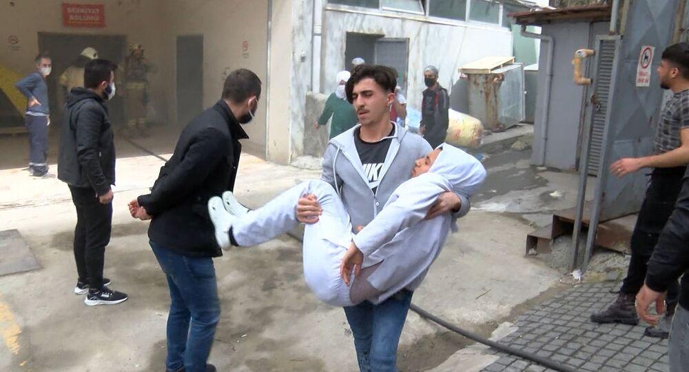 Bağcılar'da iş yerinde patlama: Yaralı işçiyi kucaklarında taşıdılar