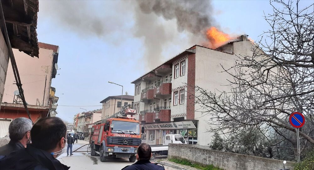 Bursa'nın İznik ilçesinde 4 katlı binanın çatısı yandı, apartmanda karantinada olan yeni tip koronavirüs (Kovid-19) hastası 2 kişi ambulansla hastaneye kaldırıldı.