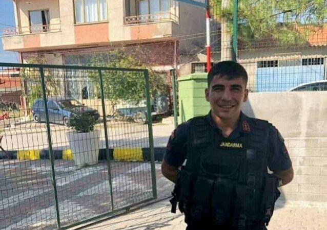 Manisa'nınAkhisarilçesinde, İlçeJandarmaKomutanlığı'nda görevli Jandarma Uzman Çavuş Harun Albayrak (24), tabancasıyla intihar etti.