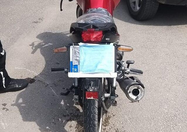Bursa'nın İnegöl ilçesinde polis dur ihtarına uymayıp kovalamacada yakalanan motosikletin sürücüsüne 7 bin 465 TL cezai işlem uygulandı. Yakalanan motosiklet sürücüsünün yüzündeki maskeyi, motosikletinin plakasını gizlemek için kullanması dikkat çekti.