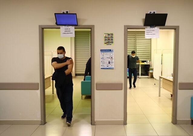 Edirne'de yeni tip koronavirüs (Kovid-19) aşılaması iftardan sonra da sürüyor. Edirne Sultan 1. Murat Devlet Hastanesi'ndeki aşı uygulama alanına gelenler, tercihleri doğrultusunda aşılanıyor.