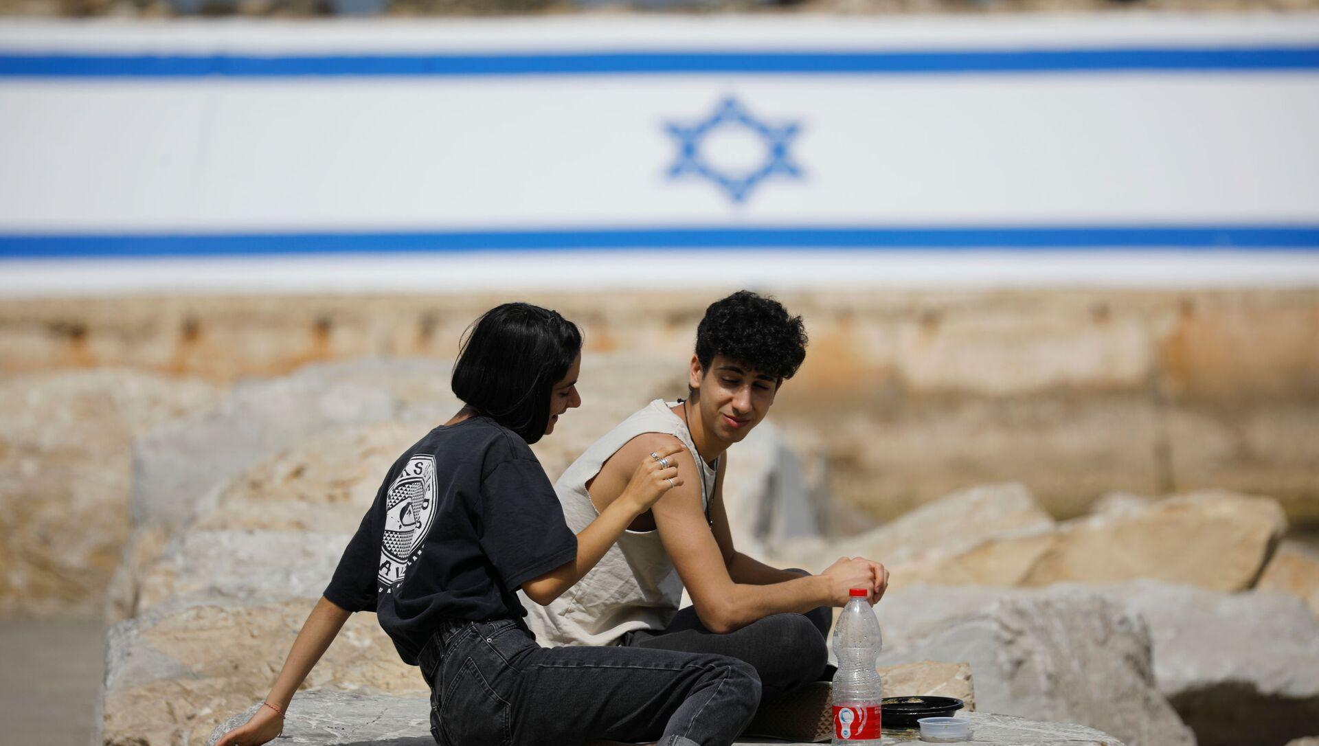 İsrail'de son sürat toplu aşılama sayesinde dışarıda maske takma zorunluluğu kaldırıldı.İsrailliler çıplak yüzle açık havaya çıkmanın tadını çıkardı. (18 Nisan 2021) - Sputnik Türkiye, 1920, 18.04.2021