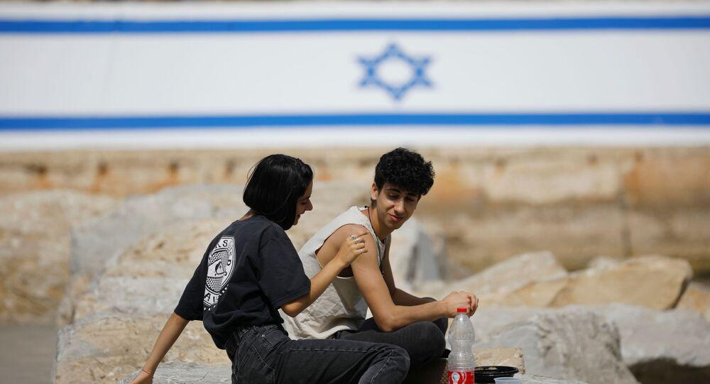 İsrail'de son sürat toplu aşılama sayesinde dışarıda maske takma zorunluluğu kaldırıldı.İsrailliler çıplak yüzle açık havaya çıkmanın tadını çıkardı. (18 Nisan 2021)