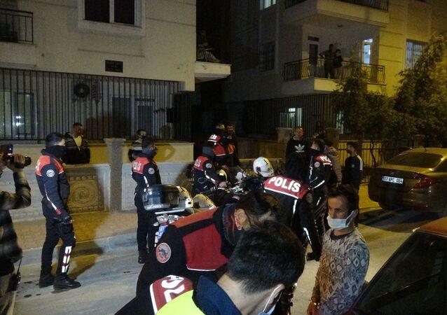 Antalya'da sokağa çıkma kısıtlamasını ihlal eden gençler, tartışma