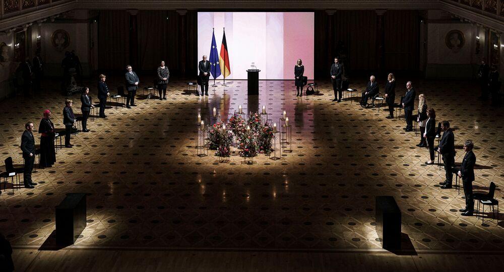 Berlin'de korona kurbanlarını anma törenine ölenlerin yakınlarını temsilen 5 kişinin yanısıra Cumhurbaşkanı Frank-Walter Steinmeier, Başbakan Angela Merkel, Federal Meclis Başkanı Wolfgang Schäuble, Federal Eyalet Temsilcileri Meclisi Başkanı Reiner Haseloff ve Anayasa Mahkemesi Başkanı Stephan Harbarth katıldı.