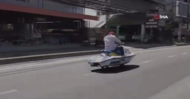 Tayland'da tekerlek taktığı jet ski ile otobanda seyahat eden adam görenleri şaşırttı.