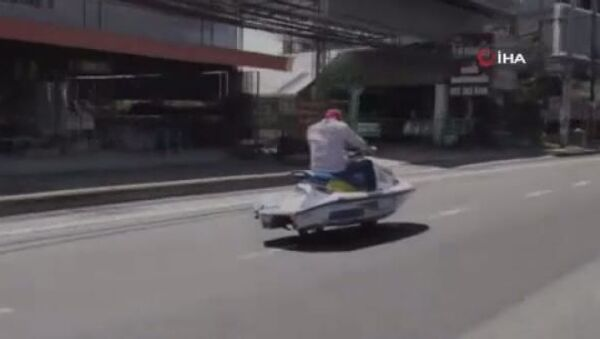 Tayland'da tekerlek taktığı jet ski ile otobanda seyahat eden adam görenleri şaşırttı. - Sputnik Türkiye