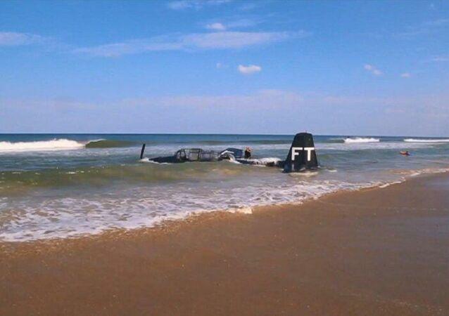 ABD'nin Florida eyaletinde havada arıza yapan gösteri uçağı suya acil iniş yaptı.