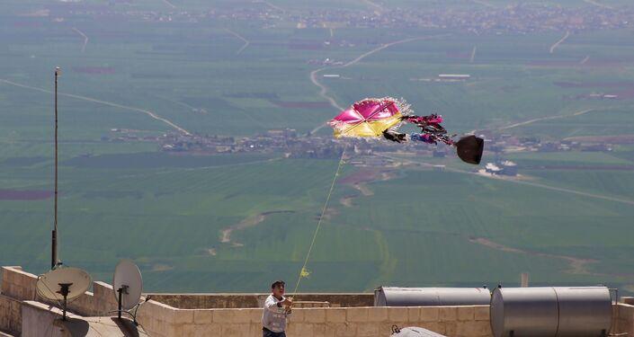 Mardin'de yaşayan 29 yaşındaki Zahit Mungan adlı genç, yaptığı sıra dışı uçurtmalarla bir geleneği yaşatıyor.