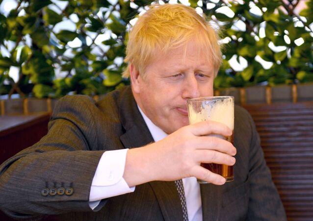 Başbakan Boris Johnson, Wolverhampton'daki yerel seçim kampanyası sırasında bir pub bahçesinde bira içerken (Batı Midlands, Britanya)