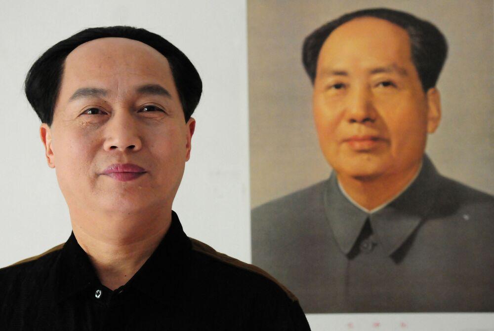 Çinli oyuncu Xu Ruilin (solda),  Çin Komünist Partisi'nin lideri ve Çin Halk Cumhuriyeti'nin ilk başkanı Mao Zedong'a benzerliğiyle dikkat çekiyor