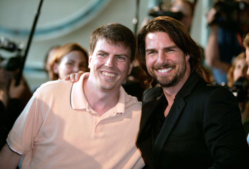 Ünlü Hollywood oyuncusu Tom Cruise (sağda), kendisine benzeyen adamla kameraların önünde poz verirken