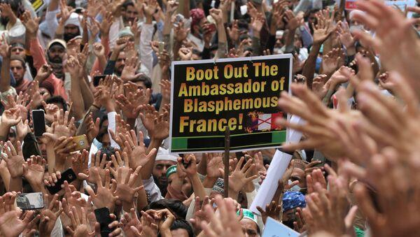Tahrik-i Lebbeyk Pakistan (TLP) hareketi taraftarlarının Fransa Büyükelçisi'nin sınırdışı edilmesi için protesto gösterisi (Pakistan, Lahor) - Sputnik Türkiye