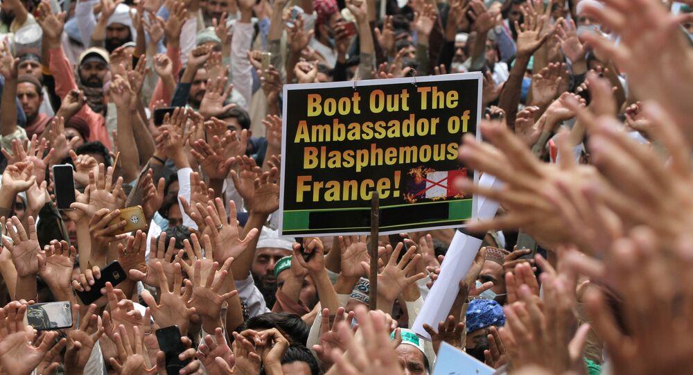Tahrik-i Lebbeyk Pakistan (TLP) hareketi taraftarlarının Fransa Büyükelçisi'nin sınırdışı edilmesi için protesto gösterisi (Pakistan, Lahor)