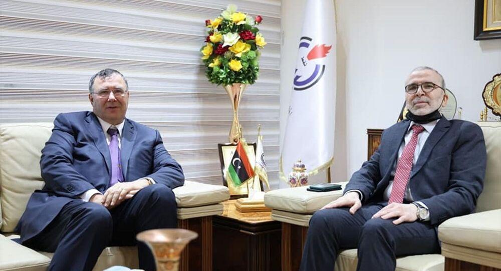 Fransız Total şirketi CEO'su Patrick Pouyanné (solda), Libya'nın başkenti Trablus'ta Ulusal Petrol Kurumu (NOC) Başkanı Mustafa Sanallah (sağda) ile temaslarda bulundu.