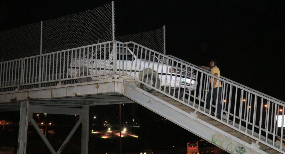 Adana'da bir sürücü otomobiliyle yaya köprüsünden geçmek isterken sıkışarak takılı kaldı. Garip olayı görenler şaşkınlıklarını gizleyemezken otomobil bir saatlik çalışma sonrasında yaya köprüsünden çıkartıldı.