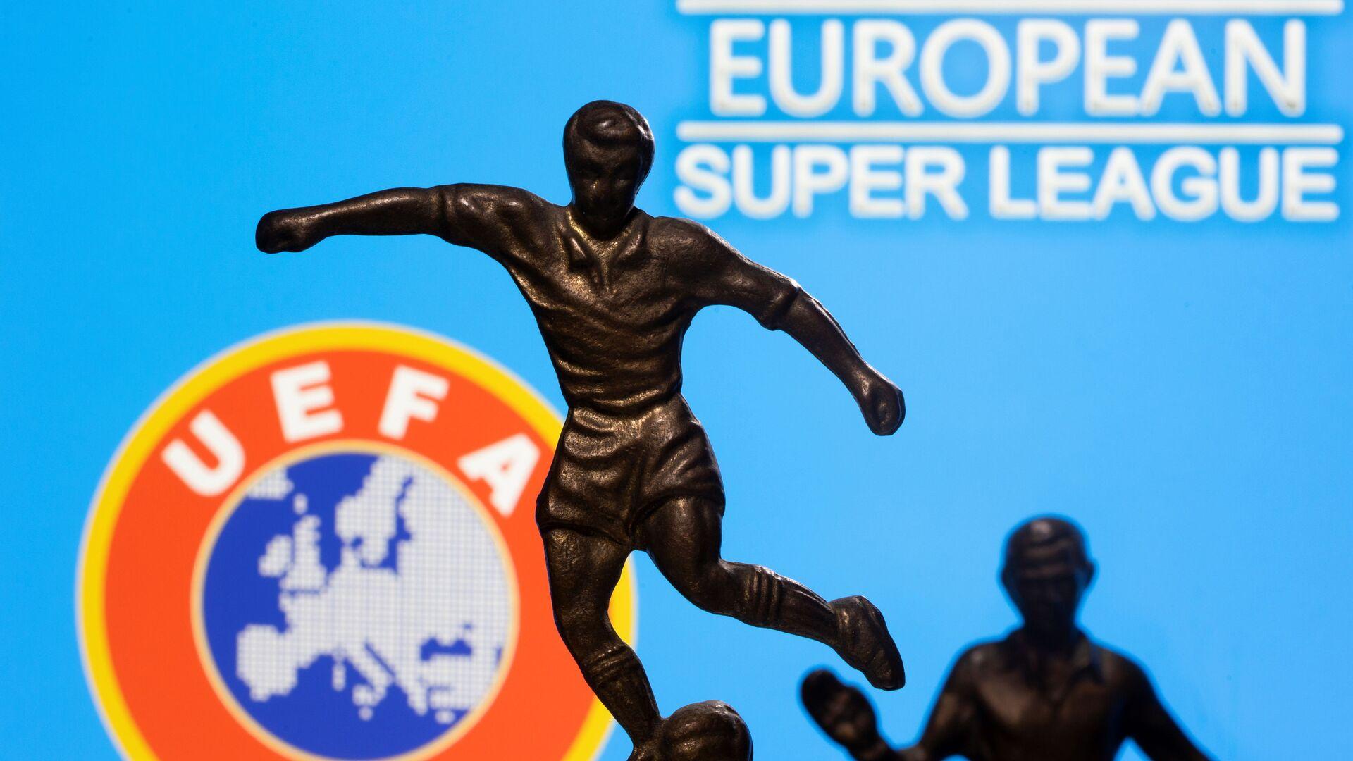 UEFA ve Avrupa Süper Ligi logoları önünde futbolcu bibloları - Sputnik Türkiye, 1920, 30.07.2021
