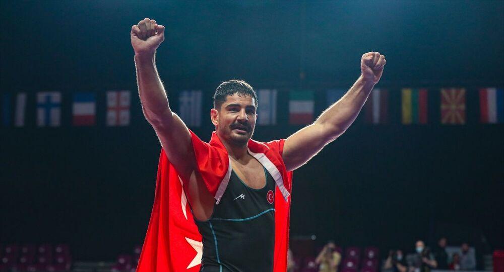 Dünya ve olimpiyat şampiyonu Türk güreşçi Taha Akgül, Rus sporcu Sergey Kozyrev'i yenerek 8. Avrupa şampiyonluğunu elde etti.