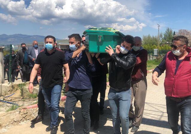 Almanya'da yaşamını yitiren Remzi Sarıkaya (72) ile Manisa Turgutlu ilçesinde yaşamını yitiren Muammer Türker'in (80) cenazeleri gasilhanede karıştı.