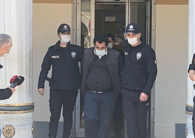 Beşiktaş'ta cep telefonuyla ilgilenirken bariyerlere çarpan ve bir yolcunun ölümüne neden olan belediye otobüs şoförü sevk edildiği mahkemece taksirle adam öldürmek suçundan tutuklandı.