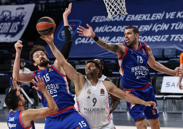 THY Avrupa Ligi play-off çeyrek final ikinci maçında Anadolu Efes, konuk ettiği İspanya temsilcisi Real Madrid'i 23 sayı farkla 91-68 yenerek seride durumu 2-0 yaptı.