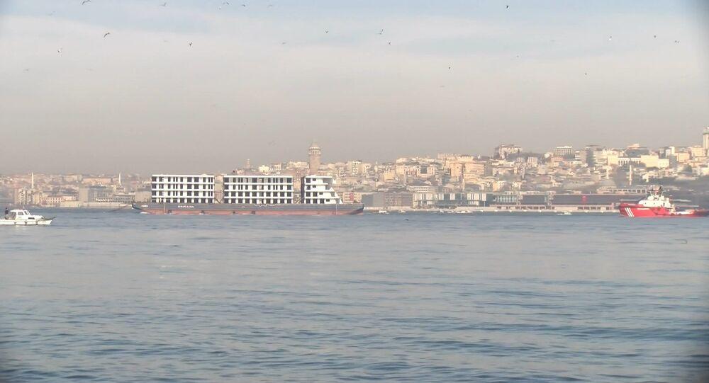 4 katlı 3 blok apartmanı andıran gemi, Panama bayraklı Christos LXI adlı bir römorkör, İstanbul Boğazı