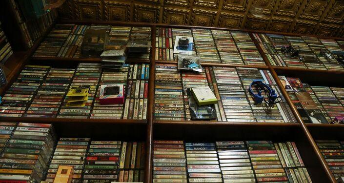 Mardin'de 45 yıldır kasetçilik yapan 63 yaşındaki Ethem Aksan'ın dükkanında sattığı kasetler