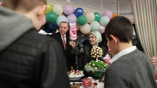 Erdoğan çifti 23 Nisan Ulusal Egemenlik ve Çocuk Bayramı'nda çocuklarla iftarda buluştu - Sputnik Türkiye