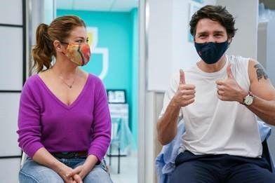 Kanada Başbakanı Justin Trudeau ve eşi Sophie Gregoire Trudeau, AstraZeneca Kovid-19 aşısının ilk dozlarını yaptırdı.