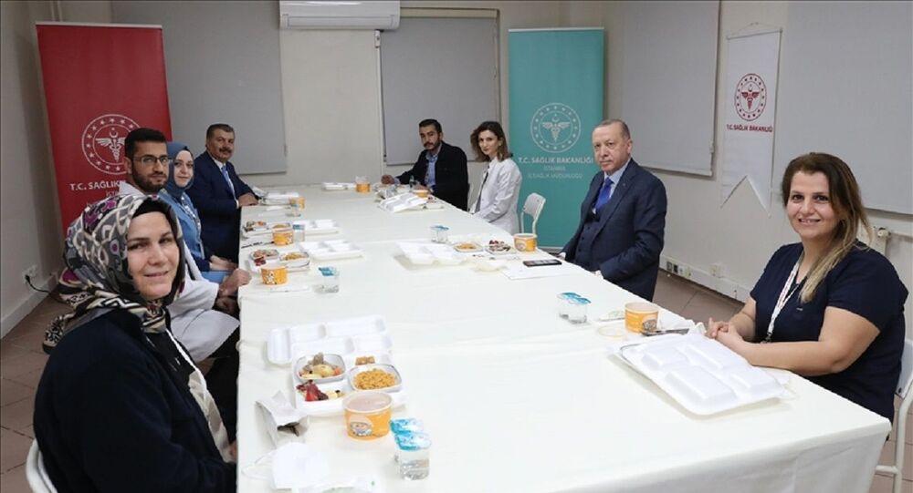 Cumhurbaşkanı Erdoğan, Sağlık Bakanı Fahrettin Koca ile birlikte sağlık çalışanlarıyla iftarda buluştu.