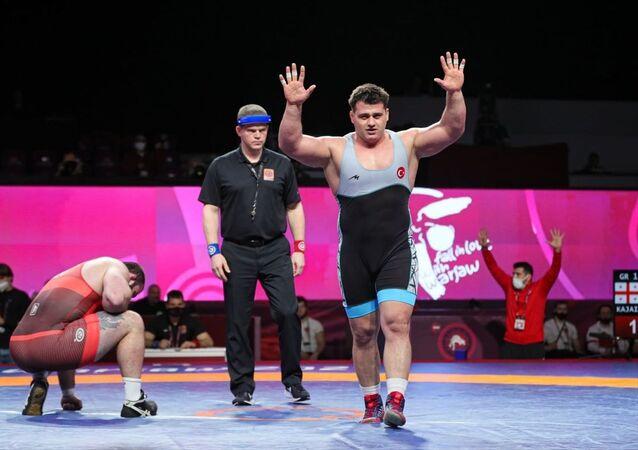 Polonya'da düzenlenen Avrupa Güreş Şampiyonası'nda Türk sporcu Rıza Kayaalp, grekoromen stil 130 kiloda altın madalya elde etti.