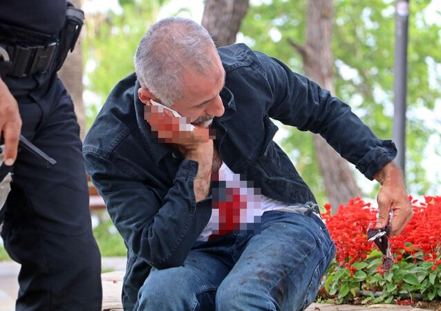 Antalya'da üzerini aratmak istemeyen şahıs neşterle boğazını kesti