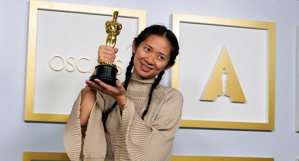 'Nomadland' filmi, 'Oscar Ödülleri' olarak da bilinen 93. Akademi Ödülleri Töreni'nde en iyi film ödülüne layık görüldü. Ödülü, filmin yapımcısı ve yönetmeni Chloe Zhao teslim aldı